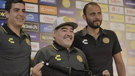 Maradona celebra chegada a clube mexicano e promete time ofensivo