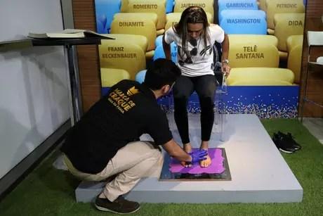 Marta topou refazer marcas na calçada da fama do Maracanã (Foto: Lucas Figueiredo/CBF)