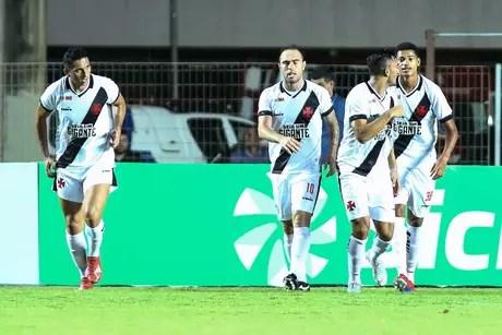 Jogadores do Vasco comemoram gol durante a partida entre Serra ES e Vasco RJ, válida pela Copa do Brasil 2019, no Estádio Kleber Andrade em Cariacica (ES), nesta quarta-feira (20).
