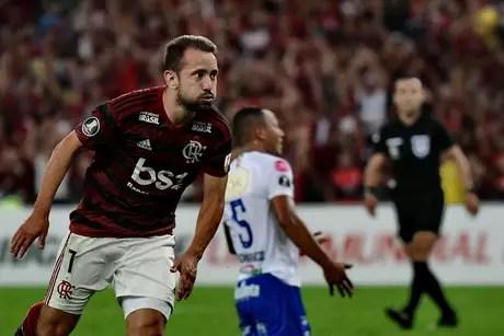 Everton Ribeiro, do Flamengo, comemora o seu gol em partida contra San José, da Bolívia, válida pela quarta rodada do Grupo D da Copa Libertadores 2019, no Estádio do Maracanã, zona norte do Rio de Janeiro, nesta quinta-feira (11).