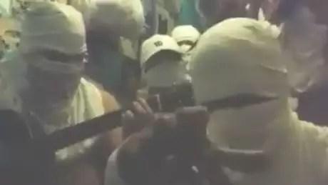 Em vídeo no YouTube, jovens cantam música 'Mago do Facão', que faz referência ao poder da Okaida