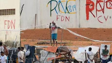 Os muros do presídio de Alcaçuz, no Rio Grande do Norte, mostram diversas siglas de facções: PCC, Sindicato do Crime, Família do Norte e Comando Vermelho