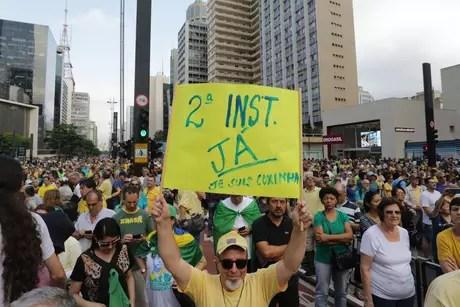 Manifestantes fecham a avenida Paulista, em São Paulo.