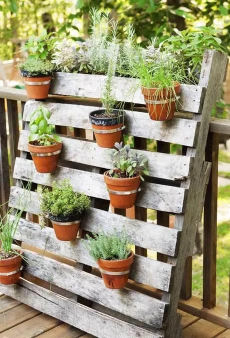 1. Jardim simples suspenso com vasos de cerâmica podem ser uma excelente opção para espaços pequenos – Foto: Pinterest