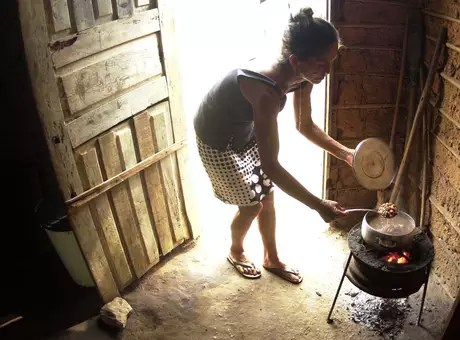 A woman prepares food in her shack, in a favela located in Teresina, Piauí.  Photo: Roberto Castro / ESTADÃO.