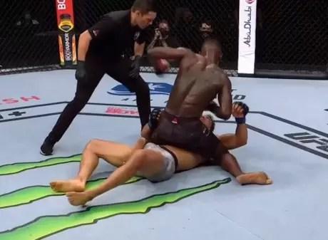 Adesanya chegou ao 15º nocaute na carreira em 20 vitórias no MMA (Foto: Reprodução/ESPN)