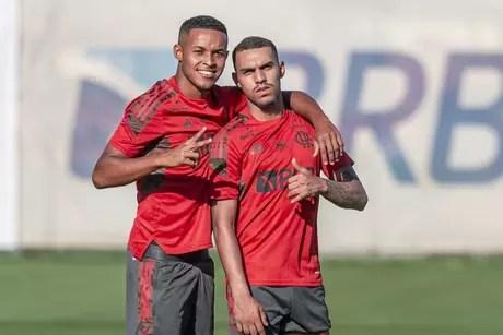 Lázaro e Matheuzinho, ambos na foto, e Rodrigo Muniz interessam ao Goiás (Foto: Marcelo Cortes/Flamengo)
