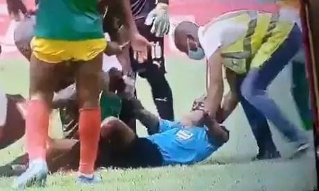 Charles Bulu foi amparado por jogadores das duas equipes (Foto: Reprodução/Twitter)