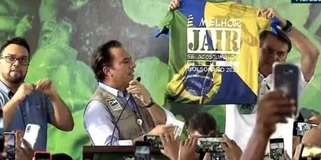 O presidente Jair Bolsonaro exibe camiseta com a frase'Émelhor Jair se acostumando. Bolsonaro 2022' no Pará, nesta sexta, 18