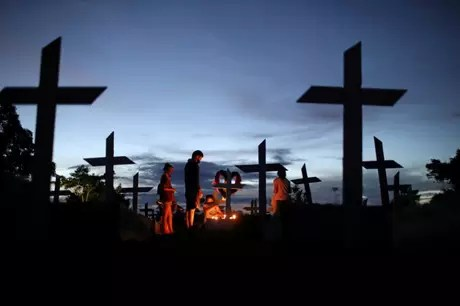 Relatives visit grave of relative who died of covid-19 in Manaus cemetery 05/08/2021 REUTERS/Bruno Kelly