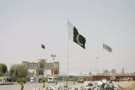 Pakistan and Taliban flags at the Pakistan-Afghanistan border crossing in the Pakistani town of Chaman 27/08/2021 REUTERS/Saeed Ali Achakzai