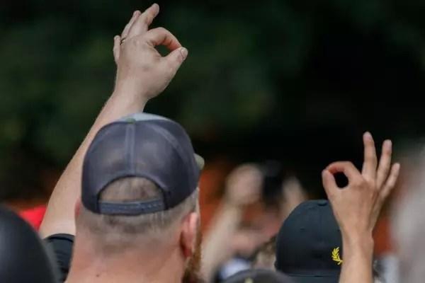 Membros do grupo de extrema-direita Proud Boys fazem o gesto em evento no Estado americano de Oregon