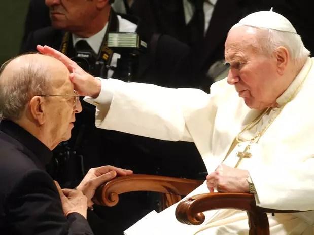 El Papa Juan Pablo II da su bendición al difunto padre Marcial Maciel, fundador de los Legionarios de Cristo, durante una audiencia especial. Foto: AP