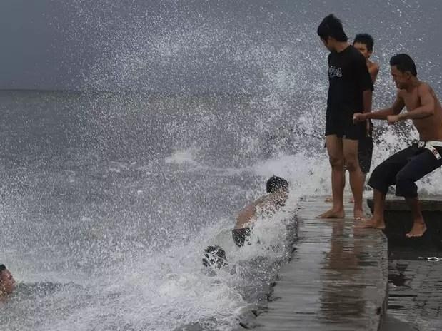 """Al menos 23 personas han sido dadas por desaparecidas en el noroeste de Filipinas tras la llegada a tierra del tifón """"Utor"""", el más potente a nivel mundial en lo que va de año, han informado hoy las autoridades locales. Foto: EFE en español"""