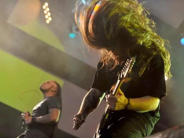 O guitarrista Andreas Kisser (à frente) se apresenta com o vocalista Derrick Green em show do grupo Foto: Ricardo Matsukawa / Terra