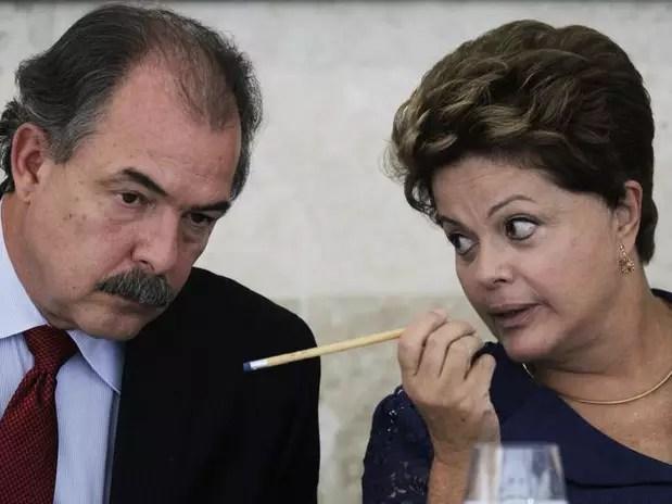 O ministro da Educação, Aloizio Mercadante, em conversa com a presidente Dilma Rousseff durante evento oficial Foto: Ueslei Marcelino / Reuters