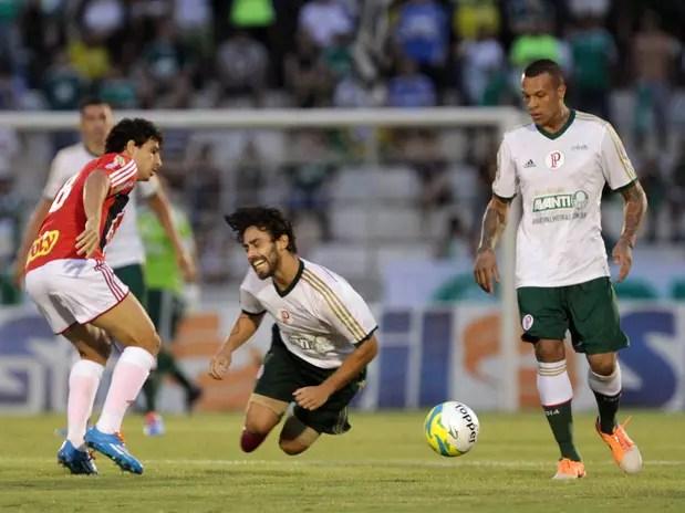 Valdivia sofre com a marcação do Botafogo de Ribeirão Preto na primeira derrota do Palmeiras no Paulista Foto: Celio Messias / Gazeta Press