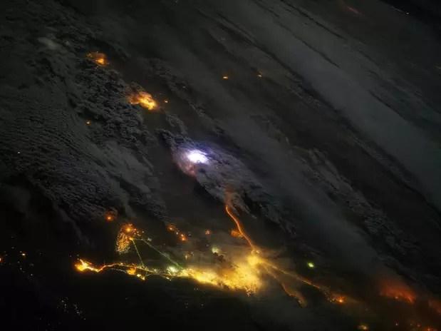 A imagem mostra uma área coberta de nuvens densas, onde se situa a Península Arábica  Foto: NASA