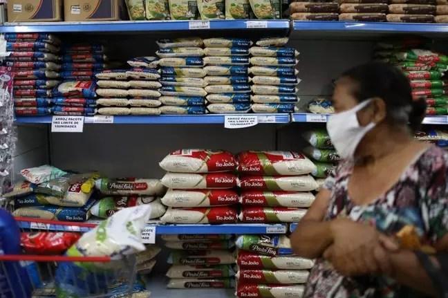 Consumer shop at supermarket in Rio de Janeiro 10/09/2020 REUTERS/Pilar Olivares