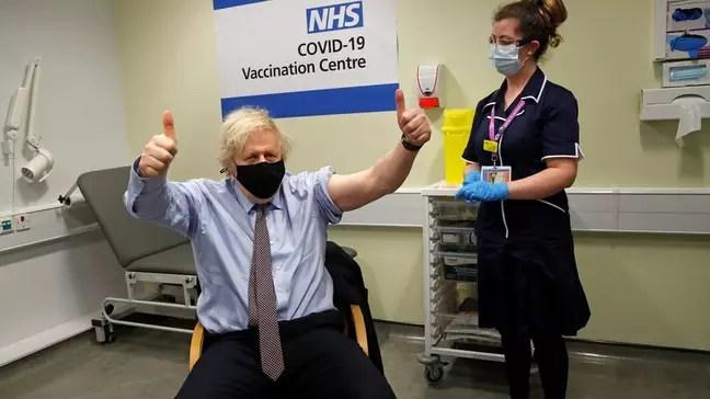 Boris Johnson recebeu a vacina pelo NHS, o sistema de saúde púbica do Reino Unido