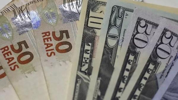 Dólar caminha para 4° pregão de alta sem atuação do BC e à espera de estimativas nacionais