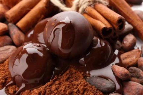 Não existe hora para comer chocolate, ele vai bem em bolos, sorvetes, bebidas e o próprio tablete é uma perdição. Mas o clima frio parece que combina ainda mais com essa delícia, que chega a ser vício para muitas pessoas. A boa notícia é que, cada vez mais, o chocolate se mostra um aliado à saúde, se consumido com moderação.