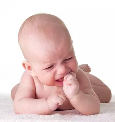 Os sintomas são clássicos: irritação, dor e coceira na gengiva e o bebê começa a levar tudo para a boca para aliviar essa sensação