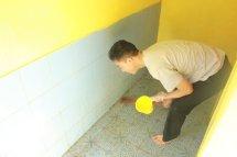 Kang Fambi membersihkan WC masjid