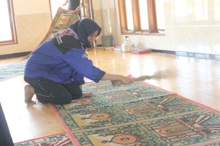 Teh Destan membersihkan karpet masjid