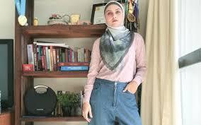 Photo of Zee Zee  Shahab  Berbalut Hijab Abu Abu Di Rumah Aja