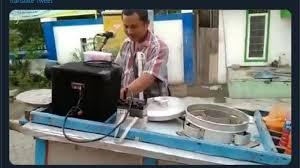 Photo of Sambil Menyanyi-Pasang Musik Dugem Cara Nyentrik Jualan Makanan(2/2)