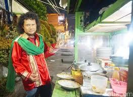 Photo of Sambil Menyanyi-Pasang Musik Dugem Cara Nyentrik Jualan Makanan(1/2)