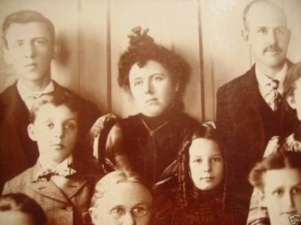 Død kvinne omgitt av familien sin. Ca.1875