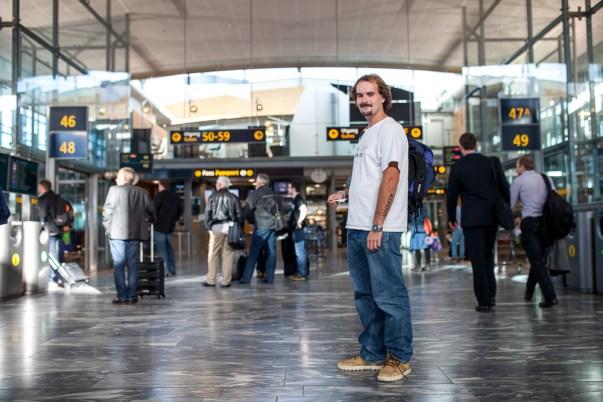 Joachim på Gardermoen, klar for avreise til Amsterdam. (Foto: Matias Nordahl Carlsen)