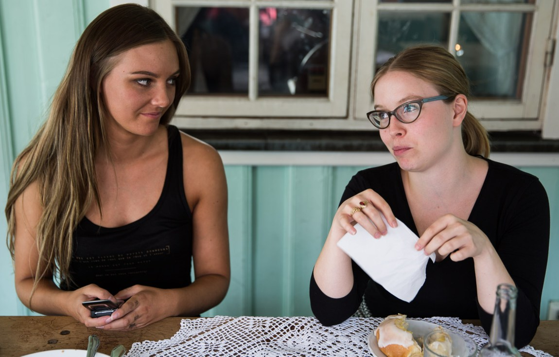 Aagot og Ida diskuterer kvinnesyn og feminisme på kafé. (Foto: Anne Dorte Lunås, NRK P3)