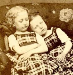 To søstre. Jenta til venstre er død, legg merke til boken som støtter henne opp.