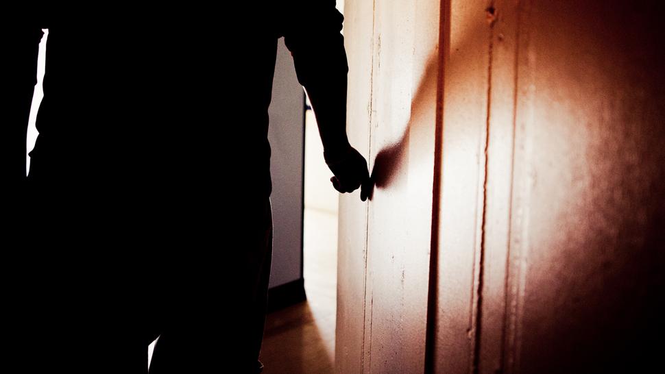 I Norge er fengsel absolutt siste utvei for barn under 18 år, likevel sitter det cirka ti ungdommer i fengsel til enhver tid. «Petter» (17) er en av disse. (Foto: Tom Øverlie, NRK)