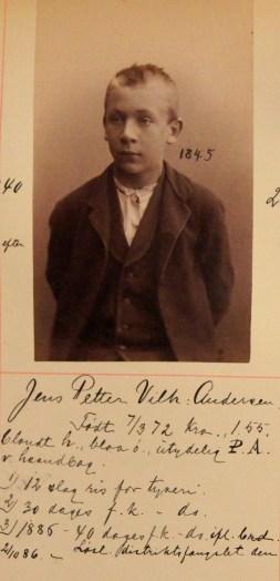 Jens Petter Vilhelm Andersen (14). Dømt for flere ganger til fangekost eller ris for tyveri. (Foto: Norsk rettsmuseum ©)