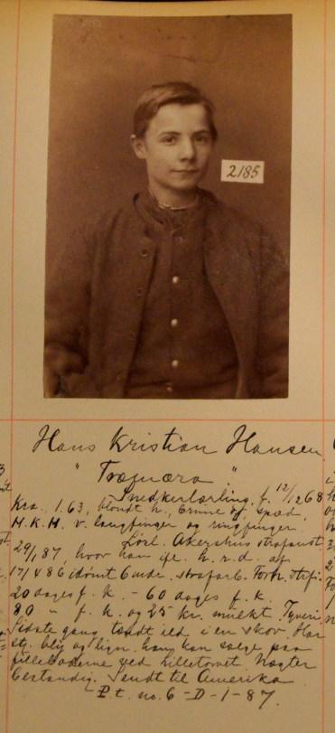 Hans Kristian Hansen Snedkerlærling, kallenavn Tromæra (19). Dømt flere ganger til fangekost eller ris for tyveri. 29.1.1887 ble han idømt 6 mnd straffarbeid. Han stjeler bly og lignende han kan selge paa fillebodene ved Lilletoreget. Sidste gang tænt ild i en skov. Nægter bestandig. Sendt til Amerika. (Foto: Norsk rettsmuseum ©)