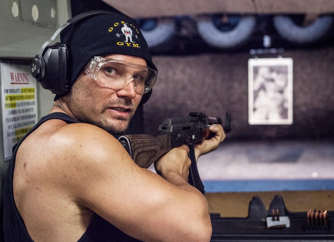 Våpentrening må til hvis man skal bli en ekte action-skuespiller, her på LA Gun Club med en AK-47. (Foto: Lars Haugdal Andersen, NRK)