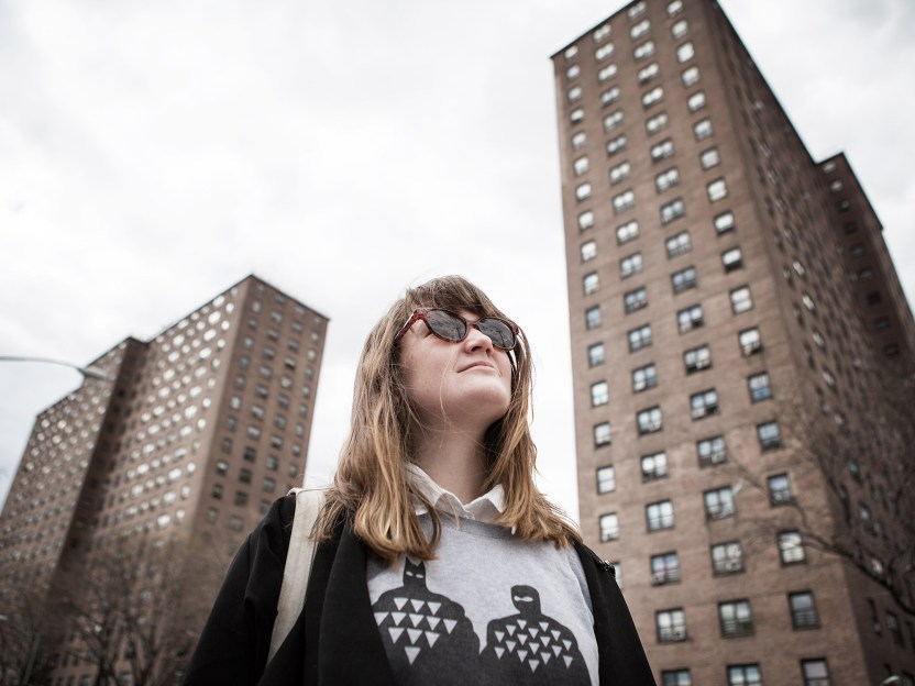 """Sarah i et typisk """"projects""""-nabolag, som bl.a. Jay Z vokste opp i (Foto: Lars H. Andersen, NRK P3)."""