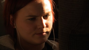 Malin på toget (Foto: Brennpunkt, NRK)