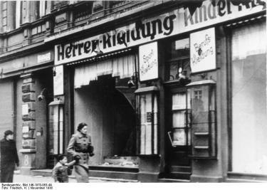 En av over 7500 jødiske butikker hvor vinduene ble knust. Magdeburg, november 1938.