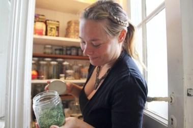 Julia Solland viser frem matskapet sitt (Foto: Sun Iren Bjørnås, NRK)