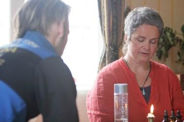 Kine leder møtene der kollektivet kommuniserer med naturen (Foto: Sun Iren Bjørnås, NRK)