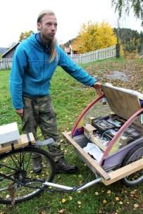 Elsykkelen til Audun har 10 mil batterikapasitet - og 50 kg bilbatteri i en tralle bak sykkelen (Foto: Sun Iren Bjørnås, NRK)