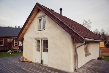 Hus i halm og leire i Hurdal (Foto: Tom Øverlie, NRK)