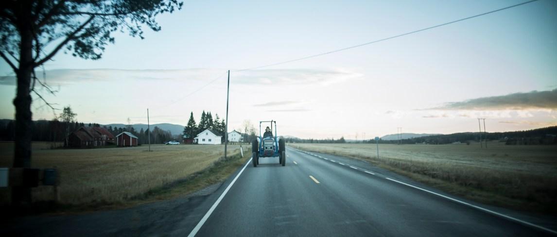 Asbjørn Smedsrud kommer i stadig mer eksklusivt selskap. Det blir lengre og lengre mellom hver ungdom som kan håndtere en traktor. Foto: Anton Ligaarden, NRK