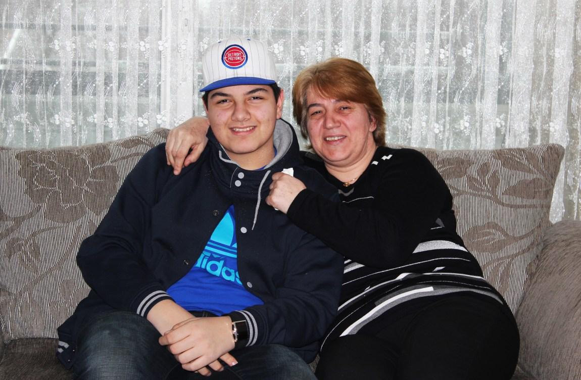 – Jeg har ikke så mye peiling på hva som skjer der ute i rapbransjen, men jeg vil at han skal satse mer på skolen, sier mor til Rohat, Meral Yildiz. (Foto: Marius Rønnekleiv)