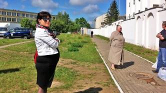Gravide Nastassia skal besøke sin mann Zmitser i fengselet. Og gi ham en matpakke. (Foto: Sverre Lilleeng, NRK)
